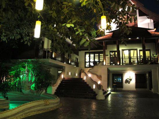 Kauniin Naga-hotellin piha Chiang Maissa.