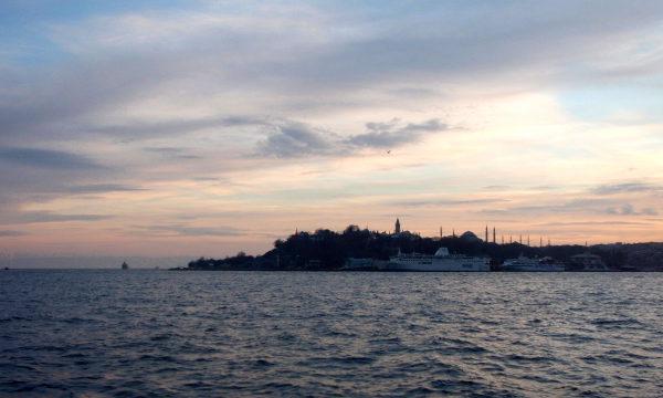 Kultainen sarvi eli Istanbulin vanhan kaupungin niemi illalla. Niemen päässä näkyy Topkapin palatsia ja sen takana Hagia Sofia ja Sininen moskeija.