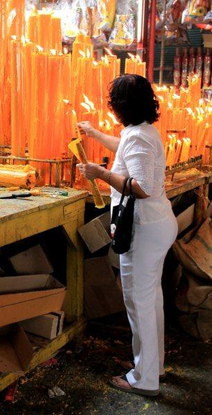 Kynttilänlaittaminen oli joillekin festivaalirituaali.