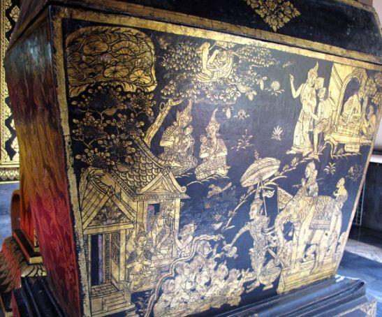 Kultaisella maalattu säilytysarkku.