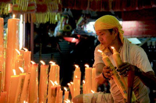 Ammattilaiset laittoivat ihmisten rukouskynttilöitä palamaan.