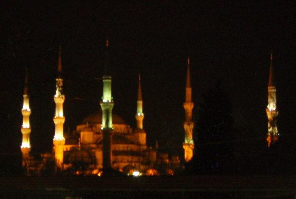 Istanbulissa oli hienoa istua auton kyydissä yöllä, kun ikkunasta näkyi yhtä aikaa lukuisia yövalaistuksessa olevia moskeijoita.