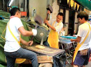 Tässä valmistuu  todennäköisesti nimenomaan näiden juhlien perinneherkku, rasvassa paistettua sokeria ja maapähkinä. Massa moukaroidaan sopivaksi.
