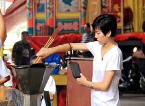 Karmat puhdistetaan ja kuolleet sukulaiset lepytetään rituaaleilla.