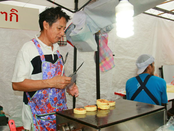 Täytettyjen pannukakkujen paistaja. Ennen paistoa nämä herkut näyttivät kiinalaisilta baozi-pullilta, mutta paiston jälkeen enemmän Amerikan pannukakuilta. Vähän epäilytti kun katsoin paistossa käytettävää margariinia ettei vain olisi ollut voita.