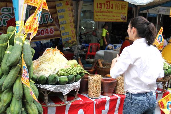 Papaijasalaatti valmistetaan raa´asta papaijasta, joita riippuu vihreinä pylväästä ja jota on vaaleana raasteena kasassa. Aasiassa joitain hedelmiä, kuten esimerkiksi papaijaa, mangoa ja jakkihedelmää käytetään vihannesten tapaan silloin kun ne eivät ole kypsiä.