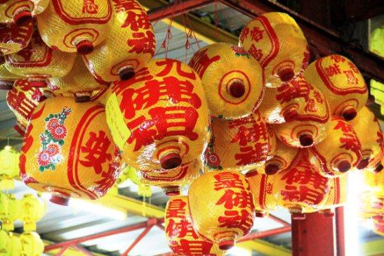 Paperilyhtyjä, jotka eivät olleet vain koristeita, vaan osa riittejä. Niihin oli liitetty kiinalaisin kirjaimin ehkä ostajan nimi tai muuta viestiä.