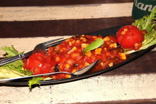 Majapaikkani Riverview Guesthousen menussa on tavallisesti huonosti kasvista, mutta festivaalien aikaan oli kasvismenu. Tässä Paistettua munakoisoa, jonka päällä tomaatti-tofua.