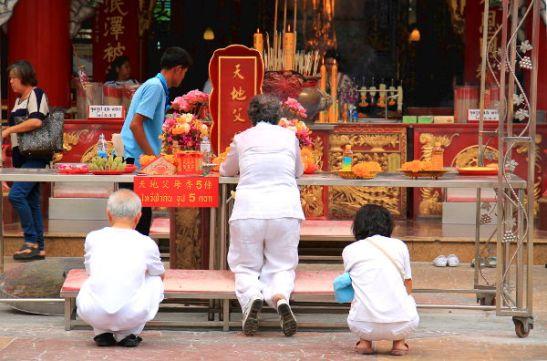 Rukoiluhetki Charoen Krung -kadulla olevassa temppelissä.