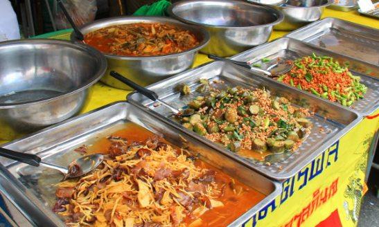 Paistettuja vihannessekoituksia. Nämä jay-kasvistiskien sekoitukset ovat vähän erilaisia kuin turistiravintoloiden ja Suomen thairavintoloiden curryt ja paistetut vihannekset. En sano että olisivat mitenkään parempia, mutta halpoja ovat ainakin.