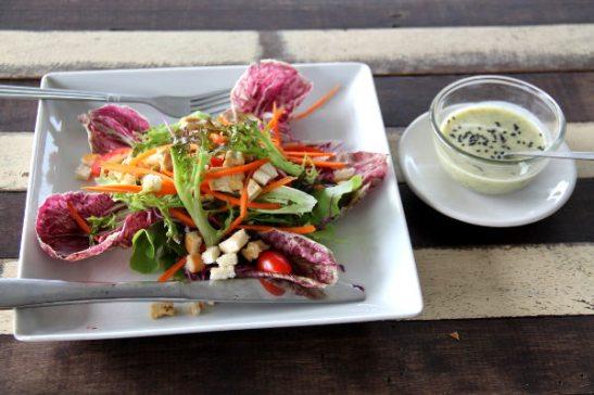 Salaatti River Vibe -ravintolassa. Hintataso oli vain eri kuin kadulla, kun maksoi kolme kertaa sen mitä kojujen nuudelikeitot tai muut annokset.