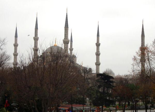 Sininen moskeija viereisestä puistosta katsoen Sultanahmetin kaupunginosassa, joka on nimetty tämän Sultan Ahmed -moskeijan tapaan.