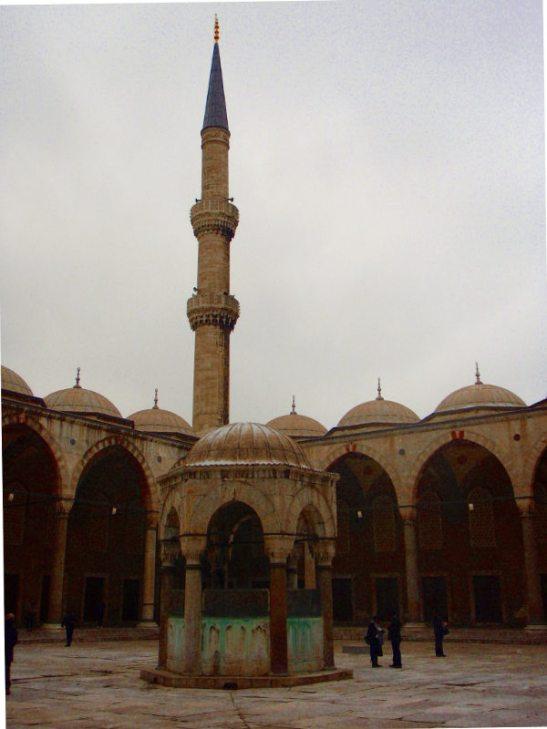 Sinisen moskeijan piha.