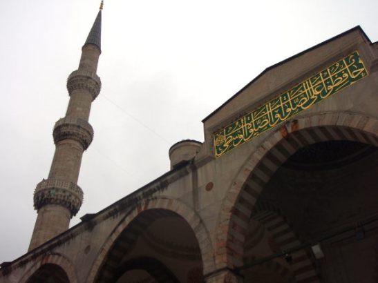 Sininen moskeija eli Sulttaani Ahmedin moskeija on Istanbulin kuuluisin toiminnassa oleva moskeija.