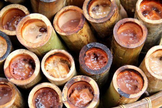 Sticky ricea eli tahmariisiä perinteisesti bambun sisään laitettuna.