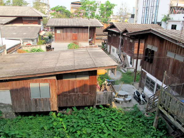 En tiedä menevätkö nämä talot ihan lannatyyliin, mutta ovat mielestäni kovasti kauniimpia kuin Chiang Main nykyaikaiset rakennukset. Tällaisia pihoja näkyi majapaikkani takana piilossa katukuvasta. Kukko kiekui aamuisin.