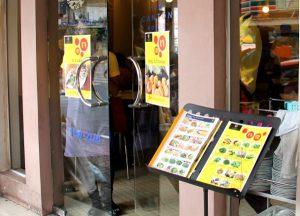 Tavalliset ravintolat mainostivat jay-tarjontaansa.