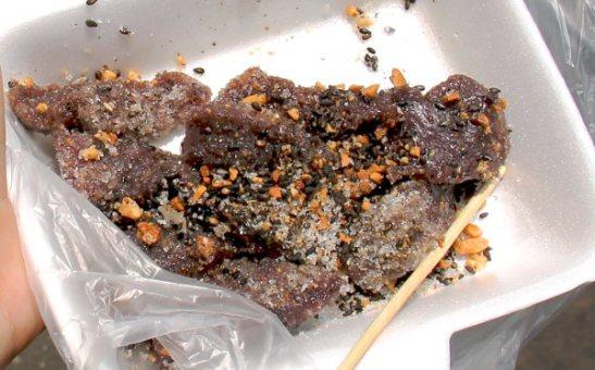 Näin kun pannulla paistettiin violetin, vihreän ja valkoisen värisiä paksuja kakkusia ja ostin yhden. Myyjä paloitteli sen saksilla ja pyöritteli suola-sokeri-chili-seesami-pähkinäsekoituksessa. Ei se pahaa ollut, mutta hieman mietin että pitääkö tällainenkin ruokalaji olla olemassa. Nämä olivat varmaankin tehty tapiokajauhoista ja oli semmoista mauton tärkkelysmassaa.