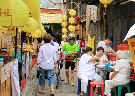 San Jao Sien Khon -temppelille vievä kuja oli ruokakojujen reunustama.