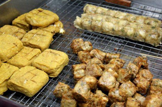 Tofua ja jonkinlaisia paistettuja kääröjä, joiden sisällä oli ehkä taroa, ehkä tofua.