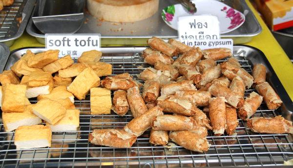 Paistettua tofua ja taroa. Taro on mm. Aasiassa ja Tyynellämerellä käytetty mukulakasvi. Tässä ne on kääritty gypsumiin, joksi thait jostain syystä soijasta tehtävää yubaa.