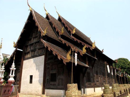 Minusta vaikuttaa siltä, että lannatyyliset buddhlaistemppelit ovat hillitymmin tumman ruskean, valkoisen ja kultaisen värisiä siinä missä muutoin Thaimaassa temppelit ovat usein seiniltään valkoisia, ja joissa katot saattavat olla värikkäitä ja niistä löytyy paljon värikkäitä koristekuviointeja.