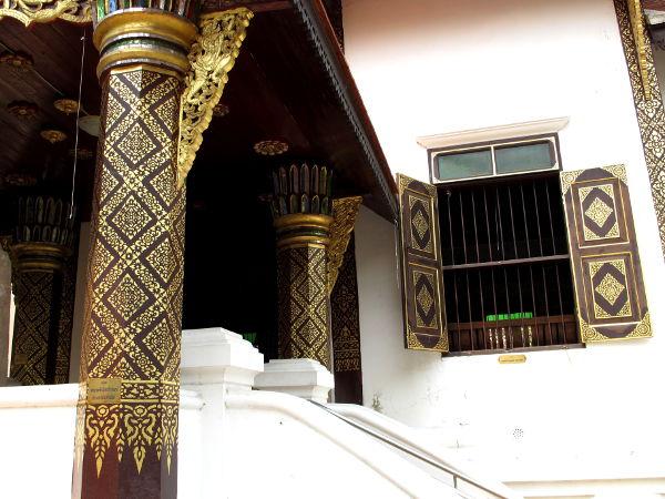 Tummaa puuta ja kultaa jossain Chiang Main temppeleistä.
