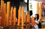 tyttö kynttilöiden edessä