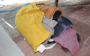 Vaatteet tiiviissä nyytissä, jollaisena olin alun perin kuvitellut vieväni ne mukaani Thaimaahan.