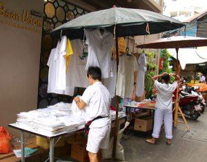 Valkoisia vaatteita myyvä koju Bangkokissa.