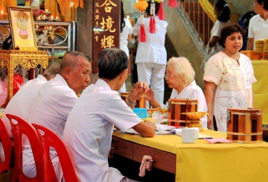 Mummot ja papat syömässä kujalla olevassa pienemmässä kiinalaistemppelissä.