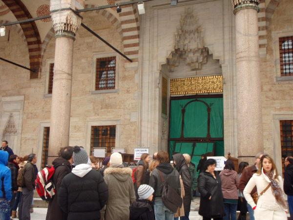 Sinisen moskeijan vierailuaika päättyi kesken sinne jonottamisen. Menin siitä sitten avoinna olevaan vastapäiseen Hagia Sofiaan.
