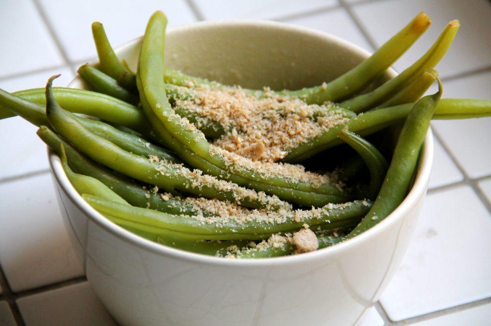 Vihreät pavut gomasion eli seesaminsiemensuolan kera.
