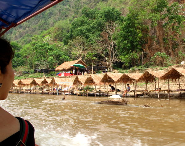 Katoksia joen rannalla. Thaimaalaiset tulevat näihin kai lekottelemaan ja syömään.