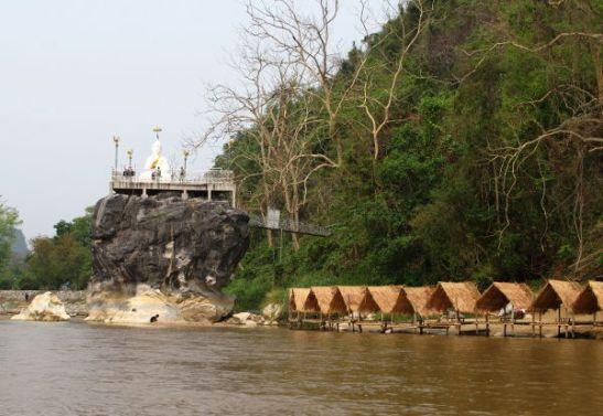 Buddhakukkula katosten vieressä. Matkan varrella muutenkin näkyi joitain temppeleitä.