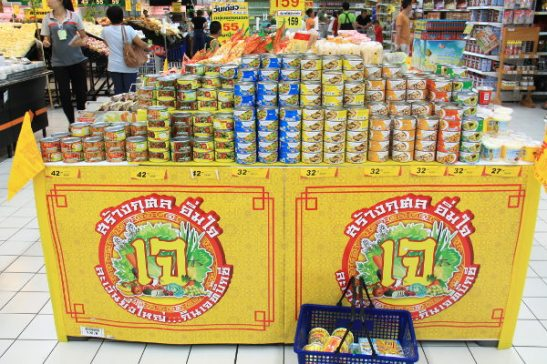 Hang Dongin Big C -supermarketissa oli vielä hieman kasvissyöjäfestivaalien jälkeenkin aseteltu näkyvästi erilaisia erikoiskasvistuotteita näkyviin. Tässä erilaisia purkitettuja seitaneita ja curryja.