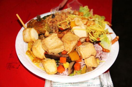 Överiannos, kun harvinaisesti yhdessä kasviskojussa oli buffetvaihtoehto, että 80 bahtilla (2 e) sai mättää lautaselle kaikkea paljon.