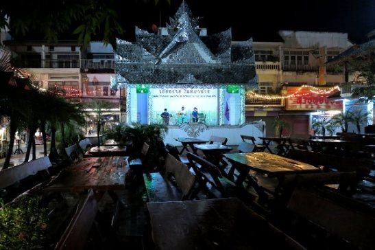 Chiang Rain iltabasaarilla bändi soitti sateisena iltana tyhjälle yleisölle. Night Bazaar on kokoelma iltaisin auki olevia kauppoja Chiang Main keskustassa.