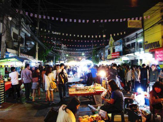 Lauantaisin Chiang Rain keskustassa on kävelykatu kojuineen samaan tyyliin kuin Chiang Maissa.