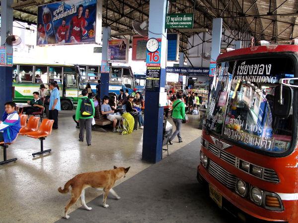 Chiang Rain keskustan bussiasema. Myös kaupungin eteläpuolella on toinen bussiasema. Meidän halpisbussi Chiang Maista tuli kuitenkin tänne keskustaan asti.