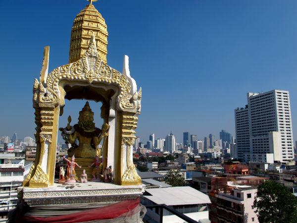 Henkien talo pitää olla joka rakennuksella, koska joka rakennuksessa on henkensä. Jos sitä ei laiteta pihalle, niin sitten parvekkeelle tai terassille kuten tässä majapaikassani Bangkokissa.