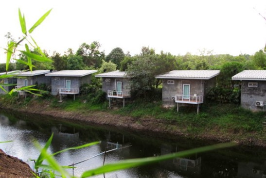 Tien vasemmalla puolella on Baan Saun Him Doin majapaikka, jossa majoituin tällaisessa mökissä viime keväänä. Nyt käyn paikan ravintolassa syömässä.