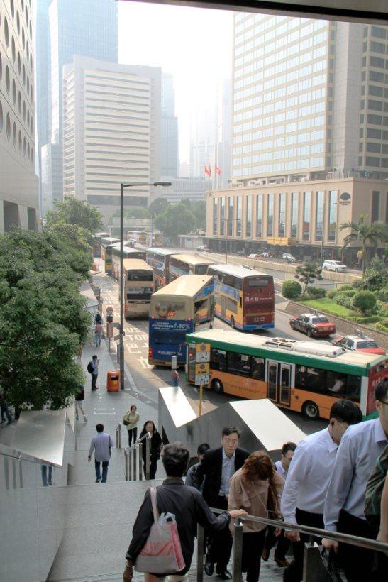 Busseja ja ihmisiä keskikaupungilla.
