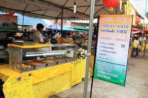 Ruokakojujen joukossa oli intialainen ruokakojukin. Tämän saman ruokakojun löytää aina Thapae Gaten iltatoreilta ja lauantai- ja sunnuntaikävelykaduilta. Tällä kertaa koju myi vain kasvista.