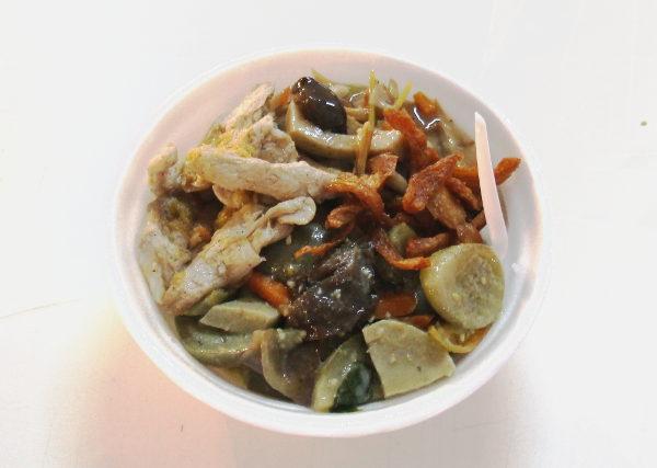 Alla riisiä ja päällä mm. vihreää currya pienin thaimaalaisin vihrein munakoisoin.