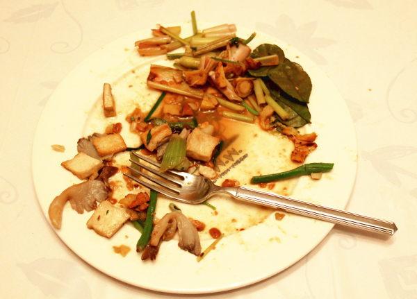 Ruokaa jäi ihan pikkuisen syömättä. Lautasella oikealla on mausteyrttejä, joita ei kuulukaan syödä silloin kun ne ovat isoina paloina. Eli kun sitruunaruohot, galangat ja limenlehdet ovat isoina paloina, ei niitä kannata alkaa pureskelemaan.