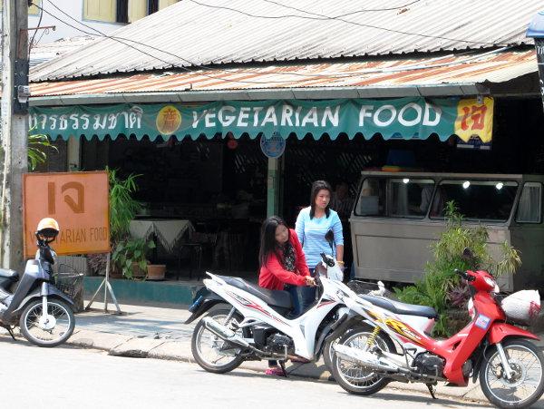 Toinen kasvisravintoloista hieman Wat Ming Meuangilta etelään.