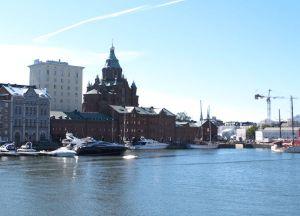 Tässä punaisessa tiilikorttelissa Katajanokalla sijaitsee Cafe Kokko ja Johan & Nyström melkein vierekkäin.