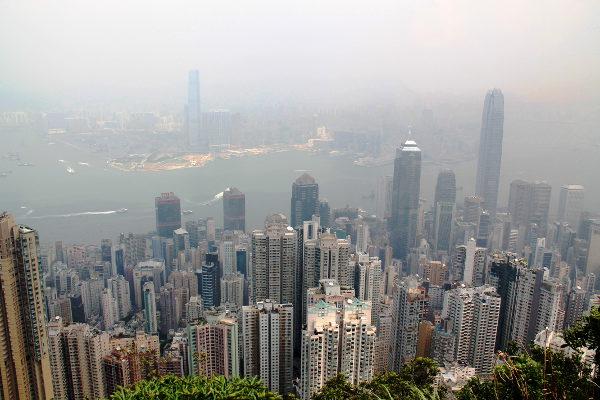 Vastarannalla on Kowloonin kaupunginosa.