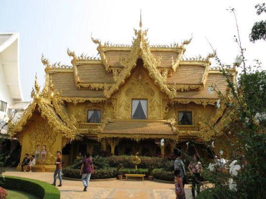 Alueella oli tällainen kultainen rakennuskin.